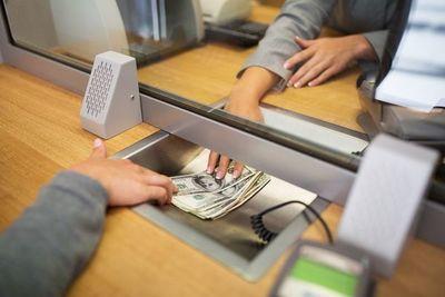 Enterate de lo que implica para bancos y financieras manejar dólares en efectivo, y por qué es tan costoso recibirlos