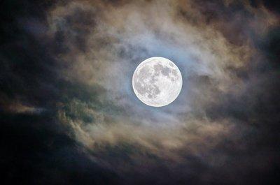 La NASA descubre en la Luna más agua de lo esperado