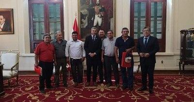 La Nación / Exfuncionarios ferroviarios se manifiestan frente a la EBY para solicitar ayuda social