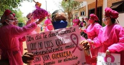 """La Nación / """"Caravana albirrosa"""": doctores payasonrisas acompañan lucha de mujeres contra el cáncer"""