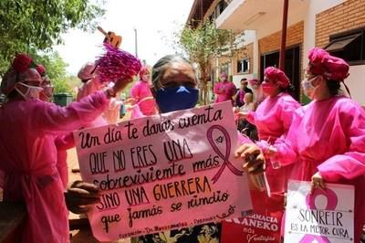 """Recorren hospitales para alentar a las """"guerreras rosas"""", mujeres con cáncer de mama"""