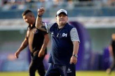Maradona, el astro de fútbol que gambetea la vida