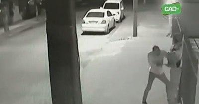 La Nación / Cámaras registran asalto a punta de puñal en Concepción
