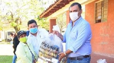 Caazapá: Gobernador entregó kits de alimentos para niños