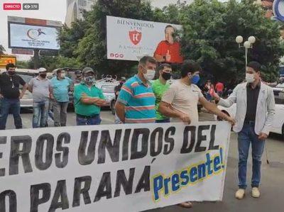 [EN VIVO] Paseros cierran la entrada a Paraguay por el Puente de la Amistad