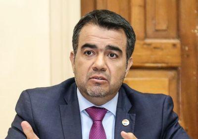 Oscar Llamosas asume el ministerio de Hacienda