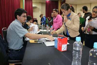 Jóvenes solicitan segundo pago de la beca Eby-Gobernación