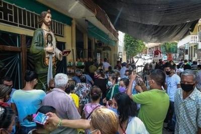 """HOY / Feligreses mexicanos desafían al covid el día de San Judas: """"Venimos sin miedo"""""""