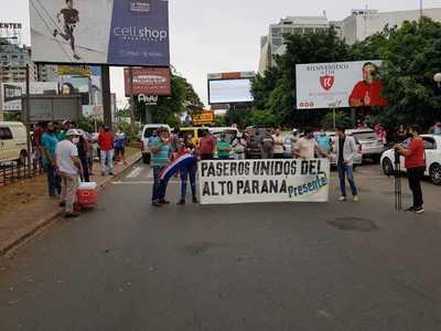 Paseros levantan bloqueo del puente tras acuerdo con Aduana