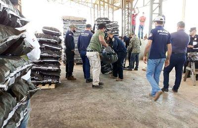 Policía abre más contenedores con carbón en busca de carga de cocaína