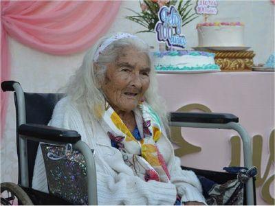 Vecinos le celebran a humilde mujer sus 100 años de vida en Itapúa