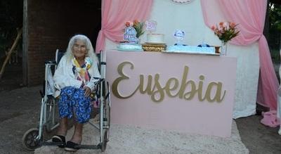 Vecinos le festejaron a una humilde abuelita sus 100 años de vida