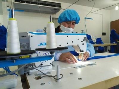 Confeccionistas siguen fabricando batas de Bioseguridad en Encarnación