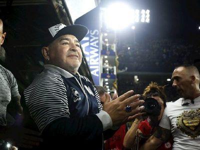 Un paraguayo entre las más de 150 figuras que felicitaron a Maradona