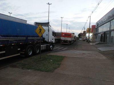 Camioneros copan avenida encarnacena, en respuesta a bloqueo de paseros