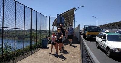 La Nación / Moderado ingreso de brasileños tras apertura del paso peatonal