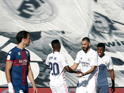 Real Madrid golea a Huesca y va para arriba