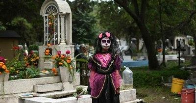 La Nación / México celebra el Día de Muertos con restricciones y enlutado por el COVID-19