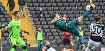 Zlatan Ibrahimovic volvió a brillar con una chilena notable en la victoria del Milan frente al Udinese