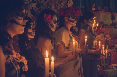 México celebra el Día de Muertos con restricciones y enlutado por el coronavirus