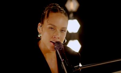 Alicia Keys, Brandi Carlile – A Beautiful Noise videoclip con fuerte mensaje.