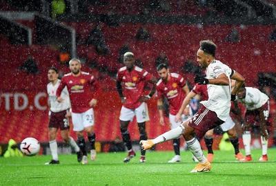 Arsenal sorprende al United en Old Trafford