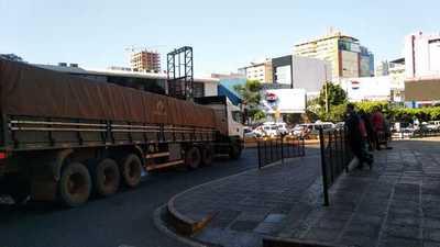El paso de camiones en horario de diurno genera caos y más trastorno en el puente