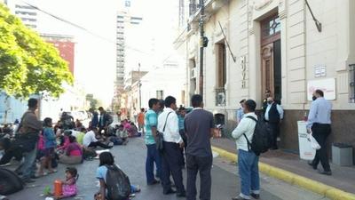 HOY / Indígenas exigen la construcción de viviendas sociales al Ministerio de Urbanismo