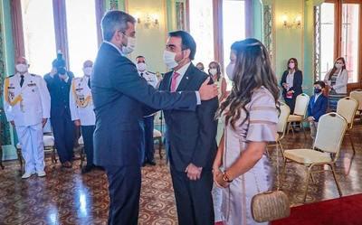 Oscar Llamosas jura como ministro de Hacienda