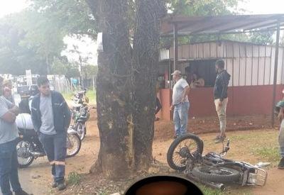 Grave accidente: motociclista choca contra árbol