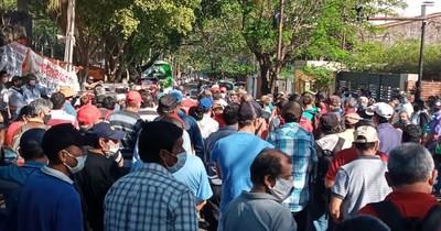 La Nación / Exfuncionarios ferroviarios, en vigilia frente a la EBY, exigen el pago de G. 150 millones
