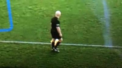 Inteligencia artificial: una cámara confundió la cabeza calva del juez de línea con la pelota durante gran parte del partido