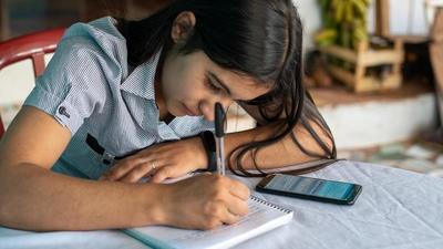 Inversiones que permiten a niñas completar educación secundaria podrían significar un impulso del 10% al PIB
