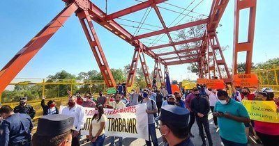 La Nación / Comerciantes de Falcón y Nanawa cierran puente pidiendo reactivación
