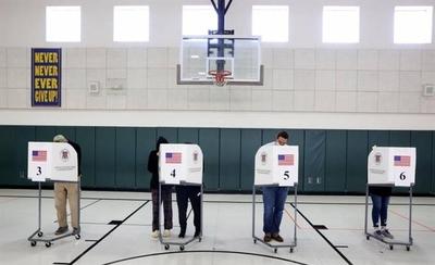HOY / Cierran los primeros colegios electorales en Estados Unidos