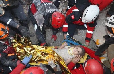 Rescatan a niñas tras días bajo los escombros