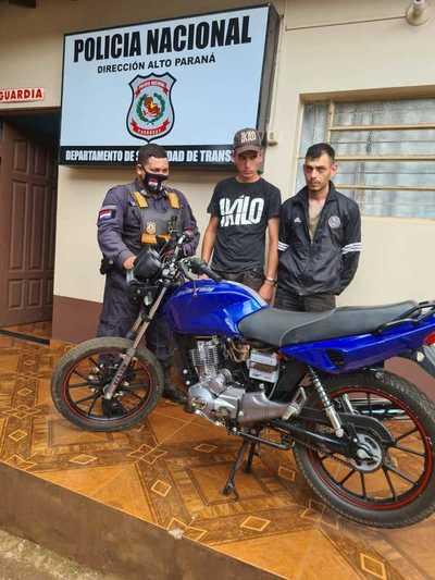 Detienen a peligrosos motobandis que habrían asaltado una farmacia