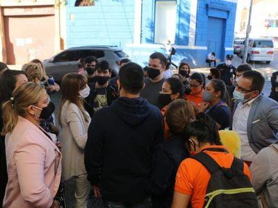 Manifestación de empleados del Citymarket ante cierre de locales