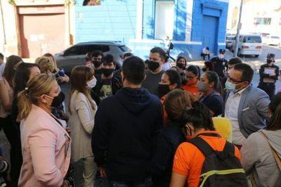 Empleados de Citymarket se manifiestan ante masivo cierre de locales en Asunción