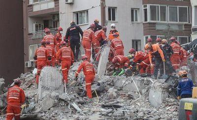 Niña de 4 años fue rescatada con vida después de pasar casi cuatro días bajo los escombros luego de un terremoto en Turquía