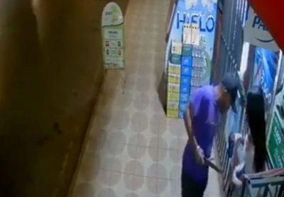 (Video). Jovencita fue atacada con machetillo por motochorro