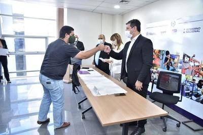 Entregan certificados y kits de trabajo a 304 egresados de cursos de capacitación.