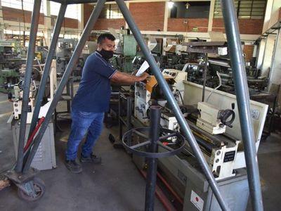 Volvieron al colegio y máquinas de taller ni operan por falta de recursos