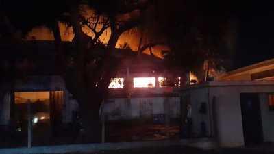 Incendio de gran magnitud consumió fábrica de colchones en Lambaré