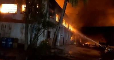 Fábrica de colchones fue consumida por el fuego