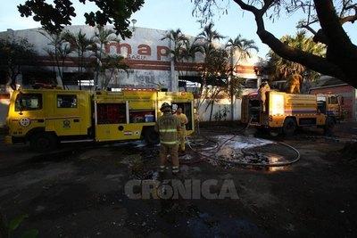 Crónica / (VIDEO) Feroz incendio en colchonería de Lambaré