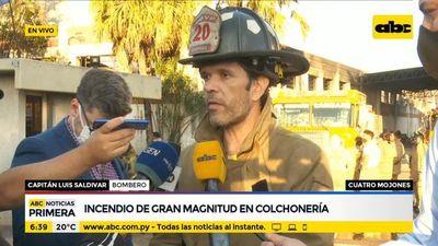 Controlan incendio de gran magnitud en colchonería