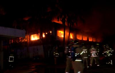 En Lambaré, una fábrica de colchones fue consumida por las llamas