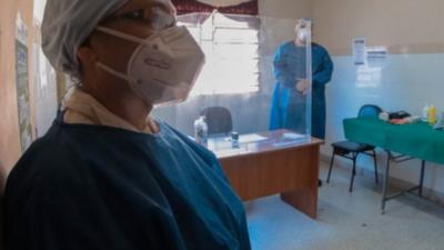 Salud adquiere trajes de protección biológica para personal médico