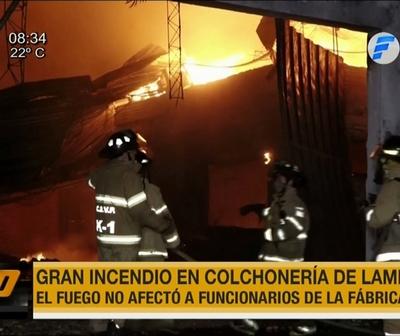 Incendio consume colchonería en Lambaré